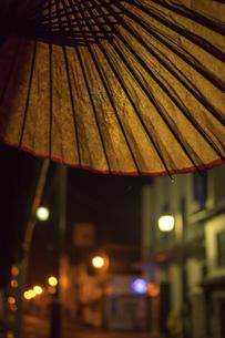 和傘と夜の街並みの写真素材 [FYI01256498]