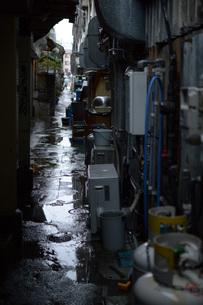 雨の路地裏の写真素材 [FYI01256531]