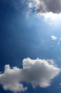 晴天と雲からさす太陽光の写真素材 [FYI01256620]