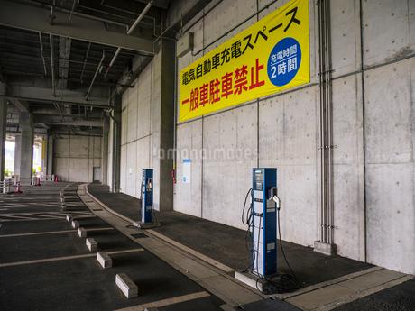 電気自動車 充電スペースの写真素材 [FYI01256656]