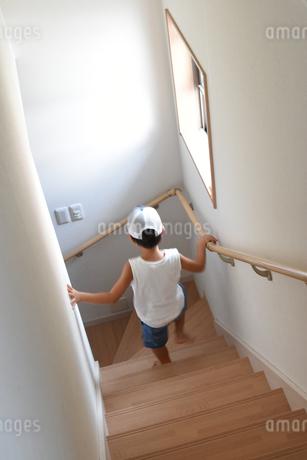 階段を駆け下りる少年の写真素材 [FYI01256771]