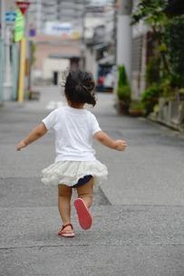 走って行く少女の写真素材 [FYI01256773]
