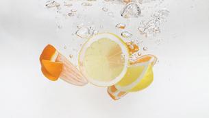 水中のオレンジとレモンの写真素材 [FYI01256782]