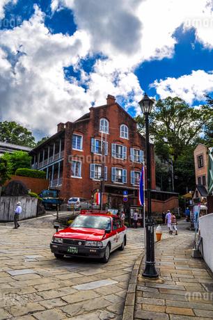 レンガ造りの家と坂道がある長崎の街並みの写真素材 [FYI01256865]