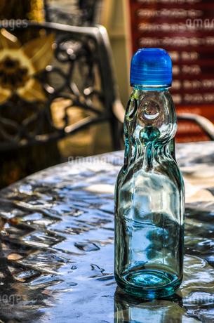 カフェのテーブルに置かれたラムネ瓶の写真素材 [FYI01256867]