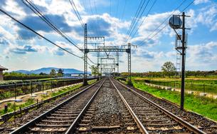 奈良を走る鉄道の線路の写真素材 [FYI01256868]