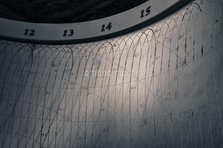 古い日時計の表面に刻まれた数値と模様の写真素材 [FYI01256873]
