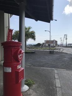 赤いポストと道の写真素材 [FYI01257110]