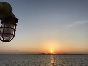 海と夕日の写真素材 [FYI01257122]