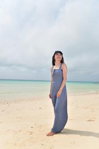 宮古島/前浜ビーチでポートレート撮影の写真素材 [FYI01257130]