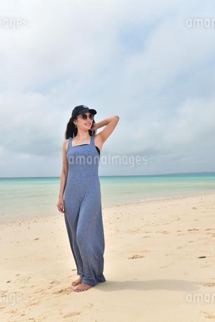 宮古島/前浜ビーチでポートレート撮影の写真素材 [FYI01257135]
