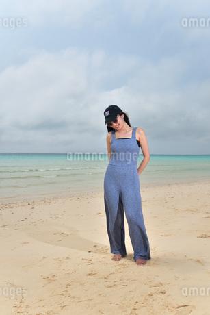 宮古島/前浜ビーチでポートレート撮影の写真素材 [FYI01257142]