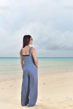 宮古島/前浜ビーチでポートレート撮影の写真素材 [FYI01257147]