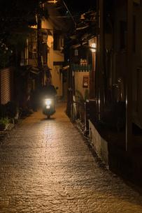 夜の路地を走るバイクの写真素材 [FYI01257247]