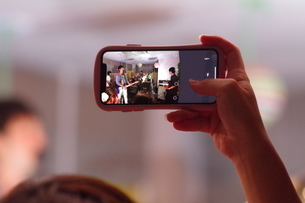 映し出す携帯の写真素材 [FYI01257260]