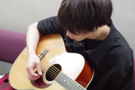 彼とギターの写真素材 [FYI01257261]