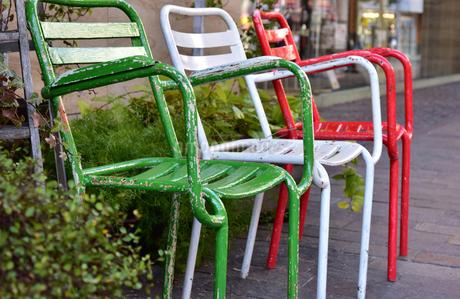通りに置かれた三色の椅子の写真素材 [FYI01257390]