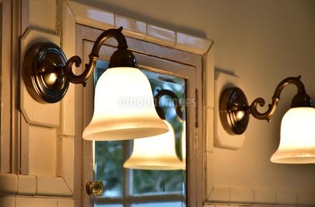 部屋の壁の灯りの写真素材 [FYI01257395]