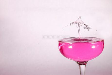 グラスの中のスプラッシュの写真素材 [FYI01257411]