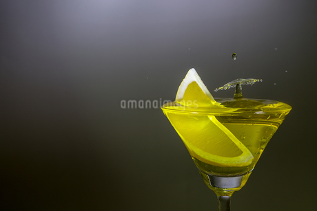グラスの中のスプラッシュの写真素材 [FYI01257412]