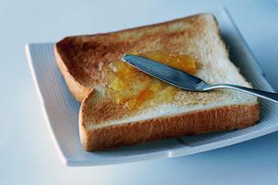 マーマレードジャムを塗っているトーストの写真素材 [FYI01257420]