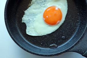 フライパンで焼いた目玉焼きの写真素材 [FYI01257423]