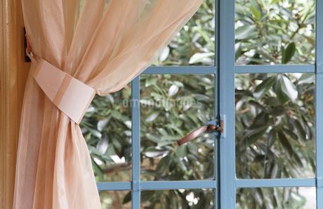 部屋の窓とカーテンの写真素材 [FYI01257476]