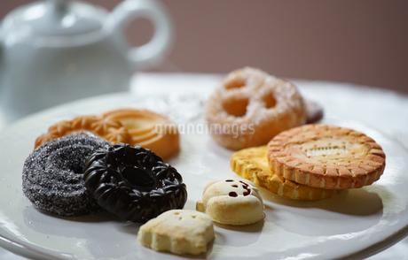 ティータイムのクッキーのお菓子の写真素材 [FYI01257478]