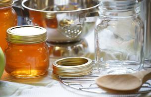 台所のハチミツなどが入った小瓶の写真素材 [FYI01257482]
