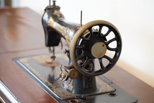 古いミシンの写真素材 [FYI01257483]