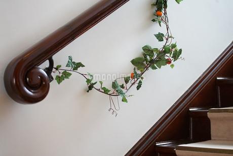 階段の手摺りに飾られた花の写真素材 [FYI01257486]