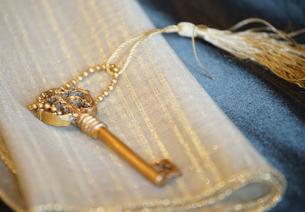 ハンカチの上の鍵の写真素材 [FYI01257493]