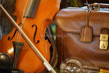 バイオリンとバッグの写真素材 [FYI01257494]