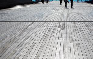 板張りの遊歩道の写真素材 [FYI01257499]