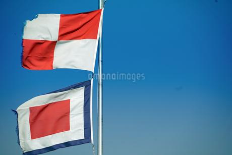 航海の安全を祈るの意味の国際信号旗の写真素材 [FYI01257500]