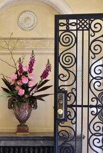 玄関のドアと花飾りの写真素材 [FYI01257533]
