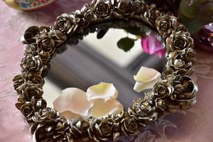 テーブルの上の鏡の写真素材 [FYI01257539]