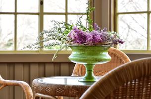 テーブルに飾られた花飾りの写真素材 [FYI01257543]
