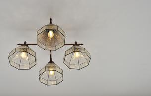 部屋の天井の照明器具の写真素材 [FYI01257549]