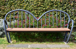 公園のハートの形のベンチの写真素材 [FYI01257563]