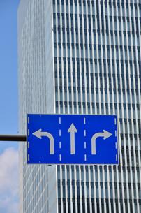 高層ビルと道路標識の写真素材 [FYI01257570]