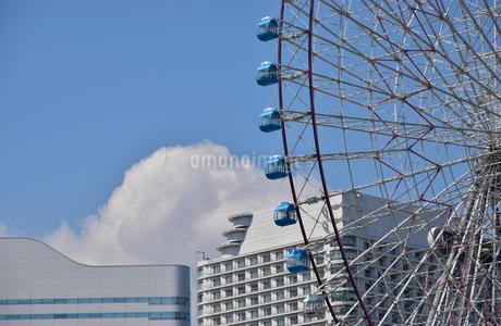 晴れた日の観覧車と高層ビルの写真素材 [FYI01257572]