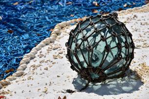 砂浜のガラスの浮きの写真素材 [FYI01257575]