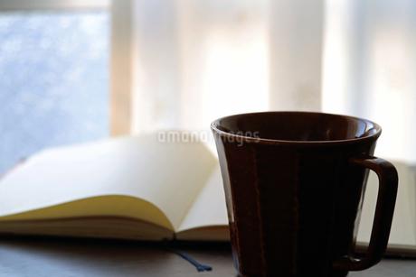 コーヒーカップとノートの写真素材 [FYI01257634]