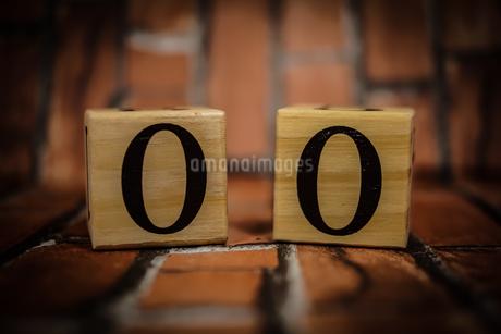 数字が書かれたブロック(レンガ背景)の写真素材 [FYI01257752]