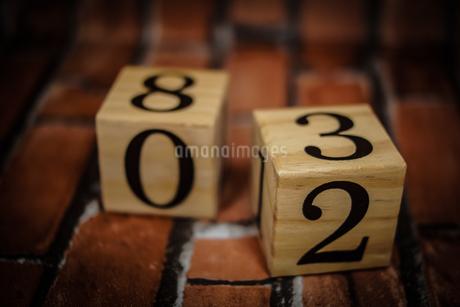 数字が書かれたブロック(レンガ背景)の写真素材 [FYI01257753]