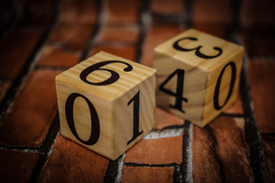 数字が書かれたブロック(レンガ背景)の写真素材 [FYI01257754]