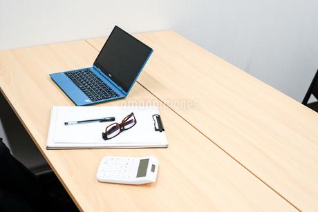 デスクワークをするビジネスマンの写真素材 [FYI01257755]