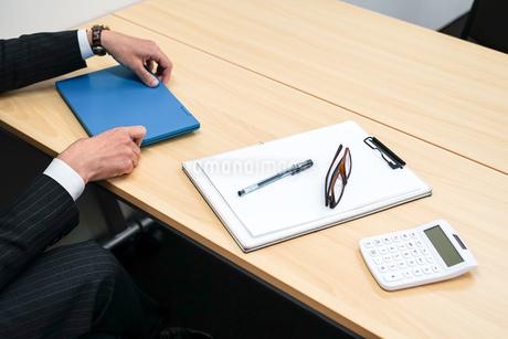 デスクワークをするビジネスマンの写真素材 [FYI01257756]