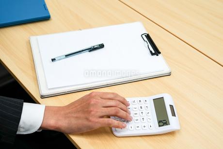 デスクワークをするビジネスマンの写真素材 [FYI01257757]